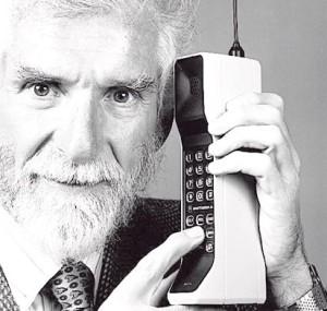 Martin Cooper con un Motorola DynaTAC