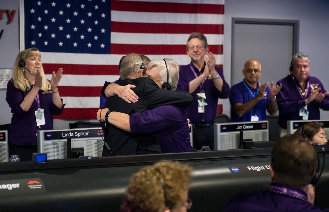 El abrazo de Julie Webster, líder del equipo de operaciones para la misión Cassini, después de que la nave espacial Cassini se hundió en Saturno, este viernes, 15 de septiembre de 2017, en el Laboratorio de Propulsión a Chorro de la NASA.